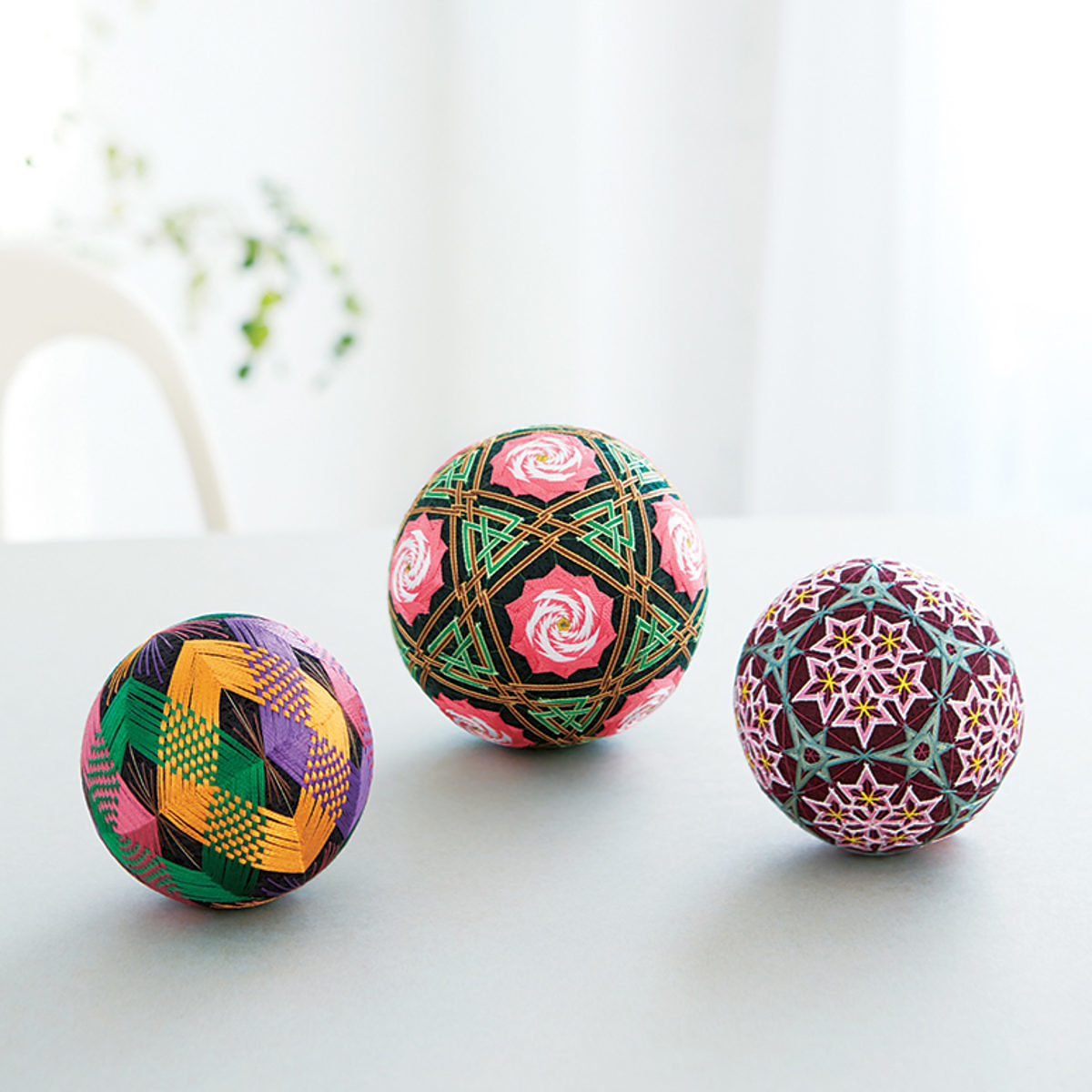 3 boules temari multicolores