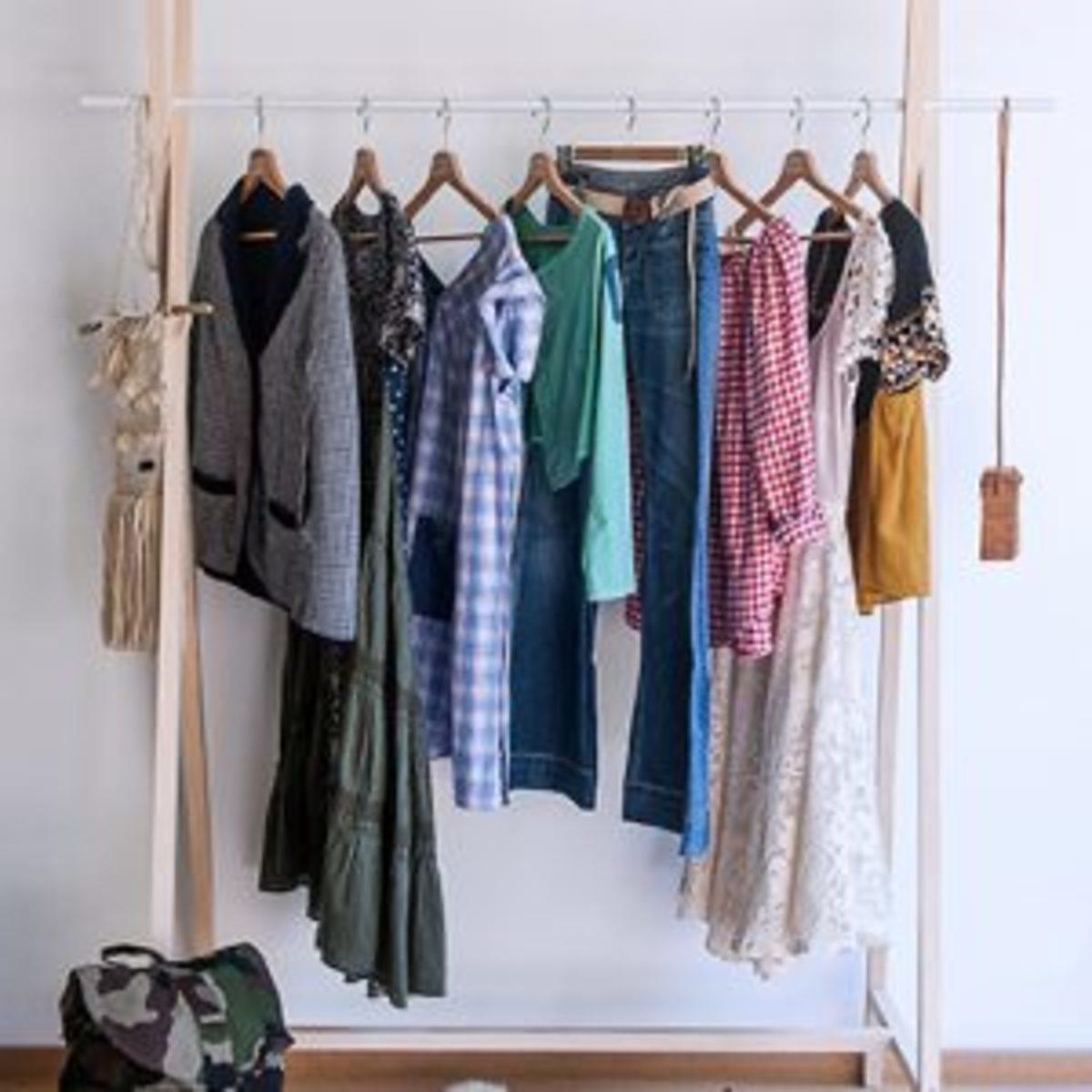 upcycling vêtements recyclés sur un cintre