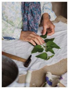 placer les feuilles sur le tissu pour le tataki-zomé